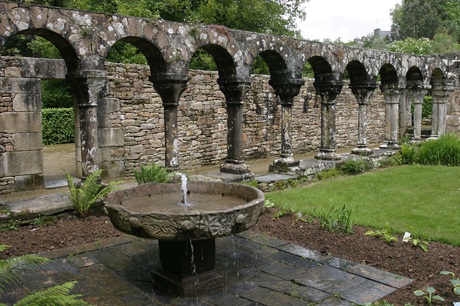 Abbey of Daoulas cloister and basin