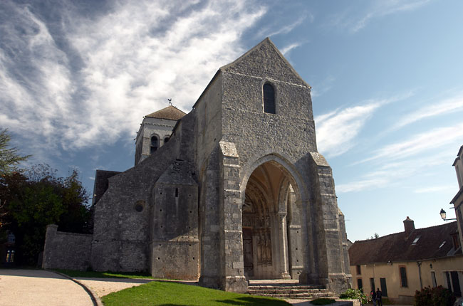 Saint Loup de Naud roman church front