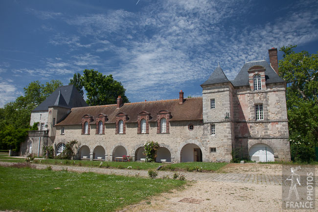 Gillevoisin castle courtyard