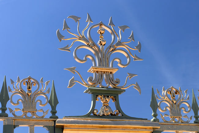 Gold and blue at the gates of the Grand Trianon