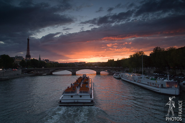 Bateau mouche going towards the sunset