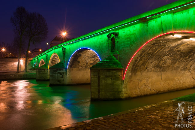 Green lighting on the pont Marie