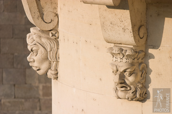 Heads on the Pont Neuf