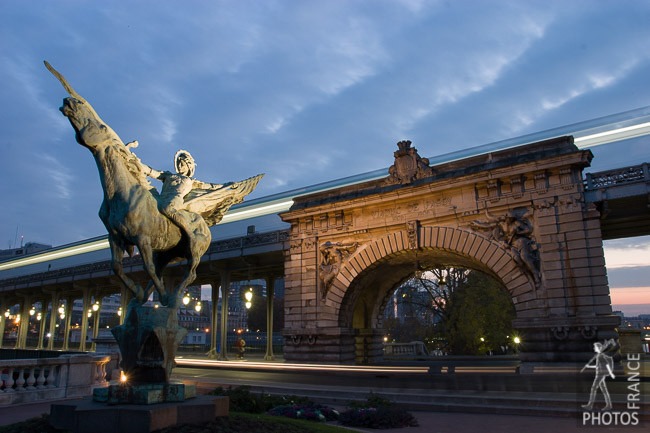 Bir Hakeim bridge and statue